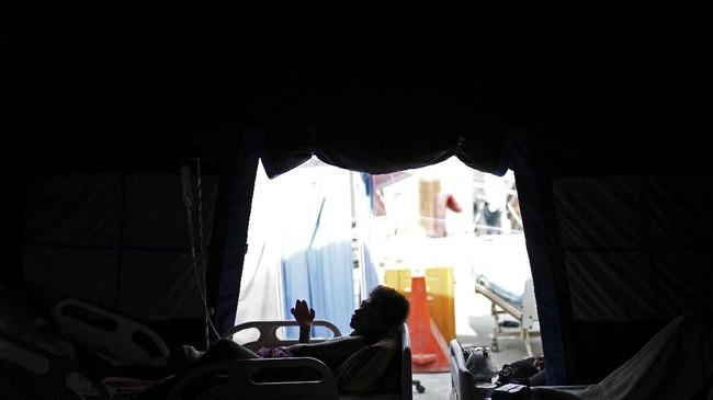 Siluet korban gempa dan tsunami Sulteng yang sedang beristirahat di dalam rumah sakit lapangan di Kota Palu, 4Oktober 2018. (REUTERS/Athit Perawongmetha)