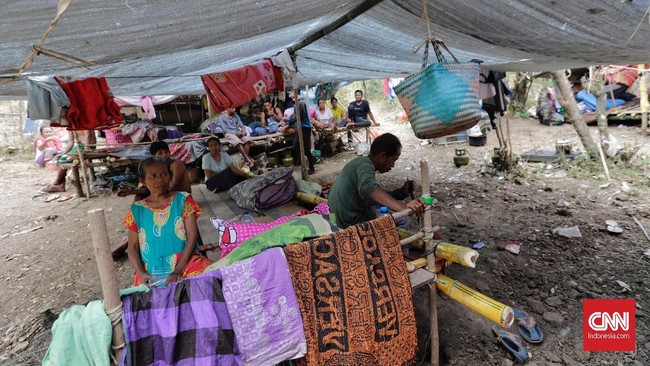 Mereka pun hidup ala kadarnya di tenda pengungsian sembari menunggu bantuan logistik datang.(CNN Indonesia/Adhi Wicaksono)