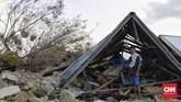 Muhammad Nur (28) juga merupakan salah satu warga yang selamat ketika masih di dalam rumah saat gempa terjadi. Enam orang keluarganya juga berhasil menyelamatkan diridari bencana ini. (CNN Indonesia/Adhi Wicaksono)
