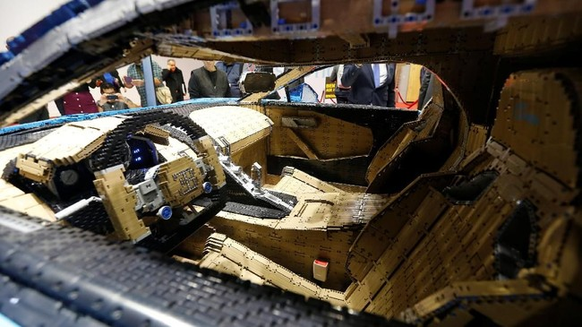 Mobil mainan ini mampu melaju dengan kecepatan sekitar 29 kilometer per jam. (REUTERS/Regis Duvignau)
