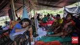Aktivitas mereka yang biasanya dilakukan di rumah juga terpaksa dijalani di dalam tenda pengungsian, seperti belajar. (CNN Indonesia/Adhi Wicaksono)