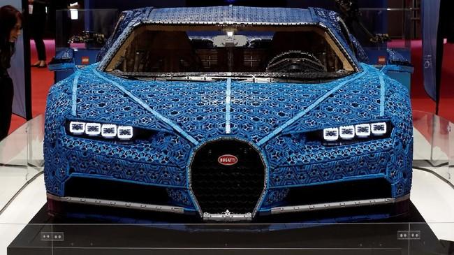 Lego menggunakan lebih dari 1 juta keping Lego Technic untuk mewujudkan replika mobil seharga US$3 juta ini. (REUTERS/Benoit Tessier)