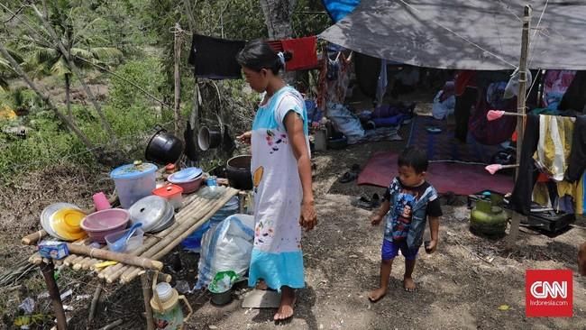 Para pengungsi pun mau tidak mau hanya memanfaatkan barang-barang seadanya untuk digunakan dalam memenuhi kebutuhan sehari-hari. (CNN Indonesia/Adhi Wicaksono)