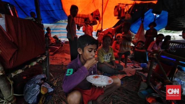 Bahkan mereka juga makan sekadarnya yang dapat tersedia selama di pengungsian. Misalnya hanya makan nasi putih tanpa lauk pauk.(CNN Indonesia/Adhi Wicaksono)