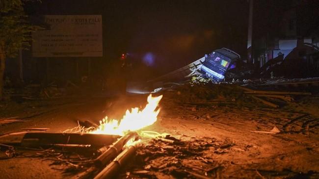 Api menjadi satu-satunya sumber penerangan bagi para korban gempa dan tsunami di Donggala dan Palu di pengungsian. (ANTARA FOTO/Hafidz Mubarak A/kye/18.).