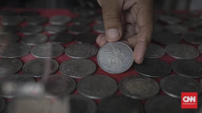 Uang logam kuno juga menjadi salah satu barang antik yg diburu oleh para pengunjung Pasar Antik Jalan Surabaya. (CNN Indonesia/ Hesti Rika).