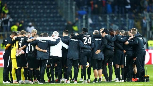 Eintracht Frankfurtmerayakan kemenangan pada laga kedua di Grup H Liga Europa melawan Lazio. Kini Frankfurt berada di puncak klasemen Grup G dengan poin enam. (REUTERS/Ralph Orlowski)