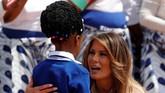Dekapan Melania Trump untuk anak-anak dan hadiah boneka Teddy Bear mewarnai kunjungan sang Ibu Negara Amerika Serikat itu ke Afrika pada awal pekan ini. (Reuters/Carlo Allegri)