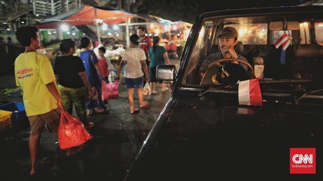 Ekonom Indef Bhima Yudhistira menyebut transmisi pelemahan rupiah terhadap kenaikan harga barang dan jasa atau inflasi dapat melalui dua jalur. Yaitu, selisih kurs akan menaikkan impor pangan, dan kenaikan biaya logistik di dalam negeri. (CNN Indonesia/Bisma Septalisma).