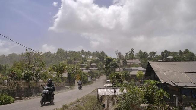 Desa Kota Menara merupakan desa yang paling terdampak embusan debu vulkanik dengan ketebalan endapan mencapai 5-10mm, menutupi atap rumah, jalanan. (ANTARA FOTO/Adwit B Pramono)