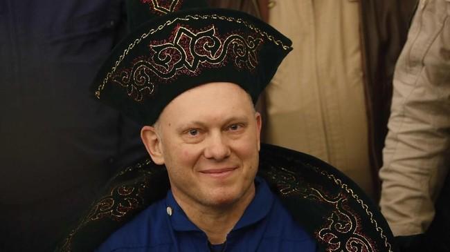 Anggota awak ISS Oleg Artemyev dari Rusia yang mengenakan kostum nasional Kazakh menghadiri upacara penyambutan di bandara Karaganda, Kazakhstan(Maxim Shipenkov/Pool via REUTERS)