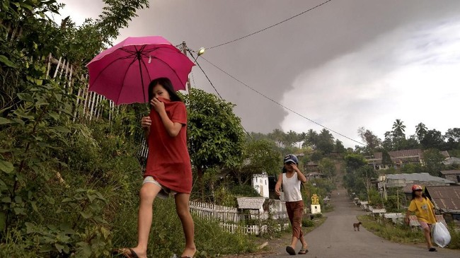 Warga di sekitar Gunung Soputan dianjurkan menyiapkan masker penutup hidung dan mulut mengantisipasi potensi bahaya gangguan saluran pernapasan jika terjadi hujan abu. (ANTARA FOTO/Adwit B Pramono)