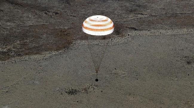 Kapsul The Soyuz MS-08 kembali ke bumi membawa awak Drew Feustel dan Ricky Arnold dari AS, dan Oleg Artemyev dari Rusia pada Kamis, 4 Oktober 2018.(Maxim Shipenkov/Pool via REUTERS)
