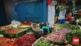 Anto, salah seorang pedagang ayam di Pasar Kramat Jati mengatakan dalam empat hari belakangan, ia terpaksa menjual daging ayam di kisaran Rp35 ribu-Rp38 ribu per ekor darisebelumnyaRp30 ribu per ekor. Kenaikan harga, kata Anto, dipicu oleh kenaikan nilai tukar dolar AS. (CNN Indonesia/Bisma Septalisma).