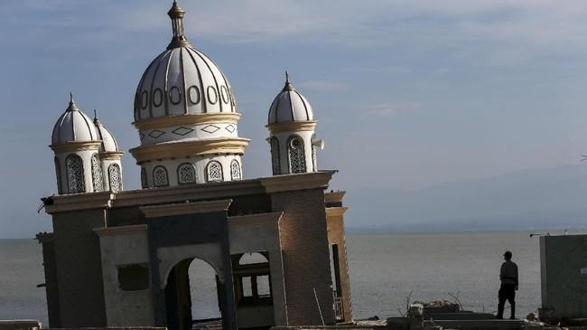 Setelah gempa dan tsunami berlalu, Kementerian Pariwisata berencana untuk memperbaiki sejumlah area dan objek wisata yang terdampak, begitu juga dengan Masjid Arkham Babu Rahman. (AFP PHOTO/Mohd Rasfan)