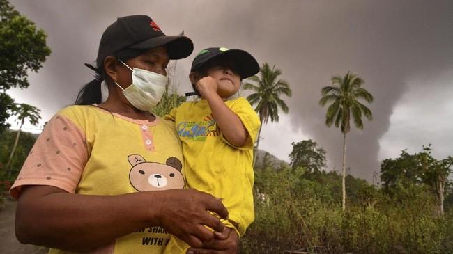 Tersebarnya abu vulkanik sendiri bisa berbahaya bagi ekosistem sekitar, seperti gagal panen, kematian hewan, dan penyakit pada manusia. (ANTARA FOTO/Adwit B Pramono)