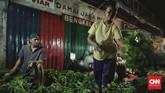Namun, pedagang lainnya mengaku tidak ada kenaikan harga untuk sayur-sayuran. Harga sayur-sayuran di Pasar Kramat Jati relatif stabil. (CNN Indonesia/Bisma Septalisma).