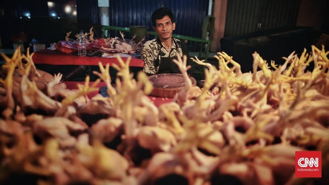 BPS mencatat deflasidikarenakan harga sejumlahbahan pangan menurun, seperti daging ayam ras, telur ayam ras, bawang merah, dan cabai merah. (CNN Indonesia/Bisma Septalisma).