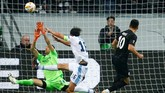 Lazio menelan kekalahan 1-4 dari klub Bundesliga Eintracht Frankfurt di Stadion Commerzbank Arena. Salah satu gol Frankfurt dicetak Filip Kostic.(REUTERS/Ralph Orlowski)