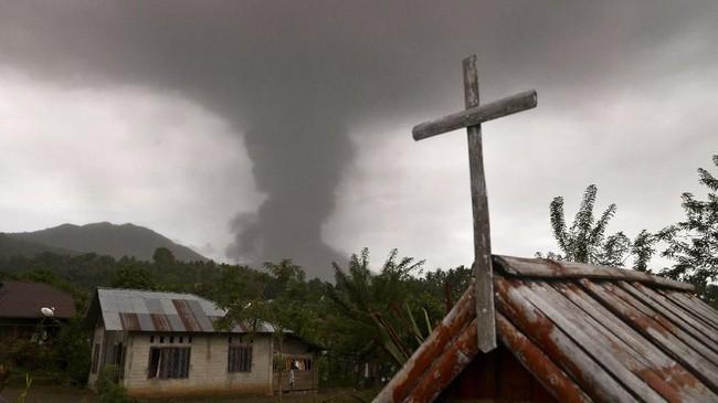 Abu vulkanik setinggi 5.809 mdpl (meter di atas permulaan laut) berwarna kelabu akibat letusan gunung Soputan menutupi langit di atas Desa Kota Menara, Minahasa Selatan, Sulawesi Utara, pada Rabu lalu. (ANTARA FOTO/Adwit B Pramono)