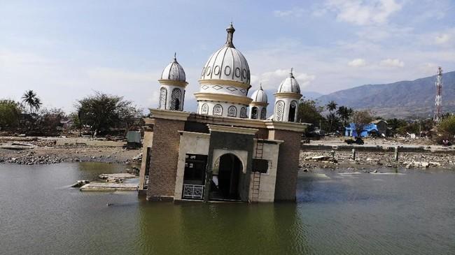 Pembangunan masjid dilakukan sebagai upaya penghilangan kegiatan maksiat yang sering terjadi di sekitar lokasi masjid. (AFP PHOTO/Jewel Samad)