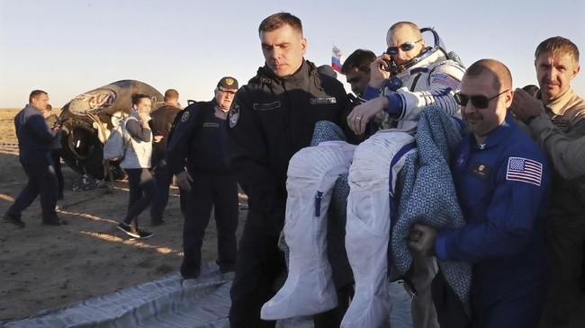 Kali ini giliranDrew Feustel yang diangkat oleh para personil darat ISS. (Maxim Shipenkov/Pool via REUTERS)