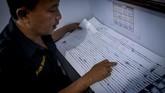 Petugas memperlihatkan diagram seismograf aktivitas Soputan di Pos Pemantauan di Desa Silian Tiga, Minahasa Tenggara. Saat ini pemerintah kabupaten memberlakukan status siaga level III untuk mengantisipasi letusan Gunung Soputan. (ANTARA FOTO/Adwit B Pramono)