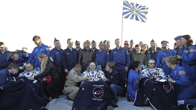Anggota awak Stasiun Luar Angkasa Internasional (ISS) Ricky Arnold dan Drew Feustel dari AS, dan Oleg Artemyev dari Rusia beristirahat di kursi setelah mendarat. (Maxim Shipenkov/Pool via REUTERS)