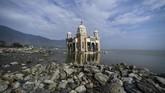 Gempa dan tsunami yang melanda Palu, Sulawesi Tengah, pada28 September 2018juga berimbas pada hancurnya objek wisata religi dan sejarah Masjid Arkham Babu Rahman. (AFP PHOTO/Mohd Rasfan)