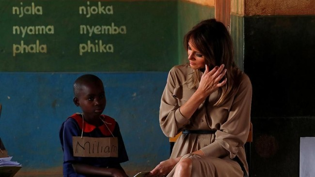 Anak-anak memang selalu mengelilingi istri Presiden Donald Trump tersebut selama lawatannya ke Afrika. (Reuters/Carlo Allegri)