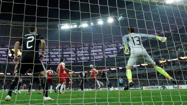 Bek Sokratis Papastathopoulos membawa Arsenal unggul atas Qarabag pada menit kelima memanfaatkan sundulan Nacho Monreal. Dua gol lainnya dicetak Emile Smith-Rowe danMatteo Guendouzi. (REUTERS/David Mdzinarishvili)