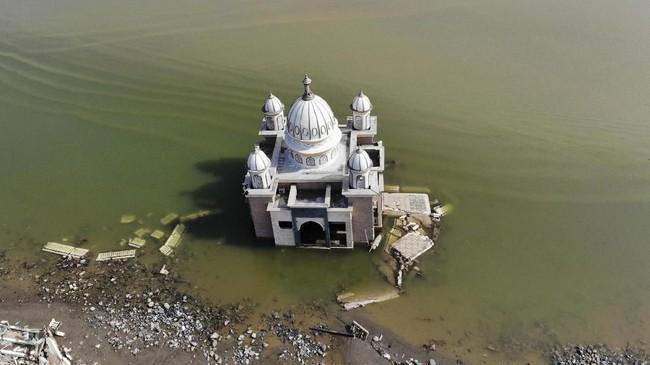 Kuatnya hempasan tsunami membuat pondasi bangunan Masjid Arkham Babu Rahman rusak parah dan terendam air. (AFP PHOTO/Jewel Samad)