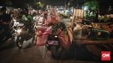 Di Pasar Kramat Jati, Jakarta Timur, misalnya, para pedagang mulai menaikkan hargajual, terutama untuk bahan-bahan yang berbasis impor. Diketahui, sejumlah bahan impor antara lain, beras, gula, daging sapi, kacang kedelai, dan lain sebagainya. (CNN Indonesia/Bisma Septalisma).