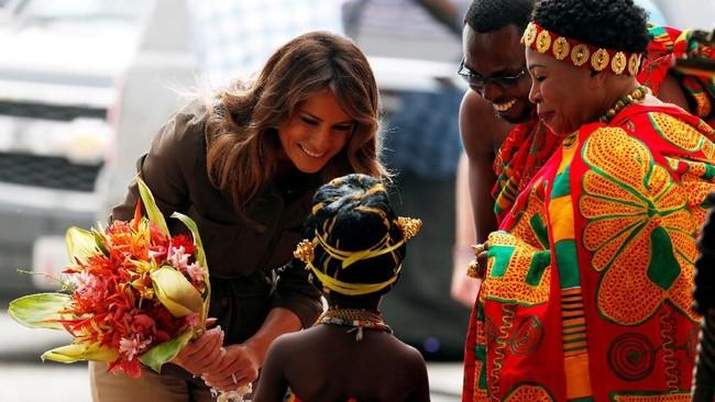 Saat pertama kali mendarat di Ibu Kota, Ghana di Accra, misalnya, Melania disambut Ibu Negara Rebecca Akufo-Addo dan seorang gadis yang memberikannya bunga. (Reuters/Carlo Allegri)