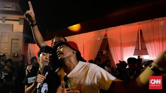 Oomleo Berkaraoke berhasil menyerap banyak pengunjung meski tampil hanya dengan memutar playlist. Baik penonton yang sadar dan setengar sadar larut dalam lagu-lagu lawas seperti 'Creep' milik Radiohead. (CNN Indonesia/M Andika Putra)