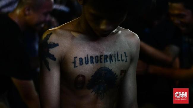 Dalam pertunjukan Burgerkill di Synchronize Fest 2018, penonton tak berhenti moshing sembari meganggukkan kepala selama band asal Kota Kembang itu. (CNN Indonesia/M Andika Putra)