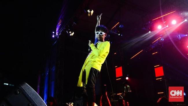 The Upstairs tampil sangat enerjik kurang lebih selama 45 di pergelaran Synchronize Festival hari pertama. Lagu-lagu hit seperti 'Matraman', 'Dansa Akhir Pekan' dan 'Antaberantah' berhasil membuat pengunjung tak henti moshing serta crowd surfing. (CNN Indonesia/M Andika Putra)