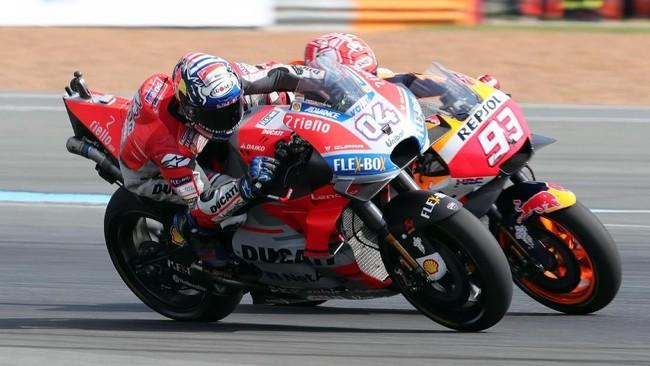 Persaingan Marc Marquez dan Andrea Dovizioso menjadi tontonan menarik pada akhir balapan. Keduanya terlibat dalam aksi yang menegangkan untuk berebut posisi terdepan. (REUTERS/Soe Zeya Tun)