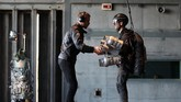 Seorang tamumencoba terbangselama sesi pelatihan Jet Suit di Gravity Industries. (REUTERS/Chris Radburn)