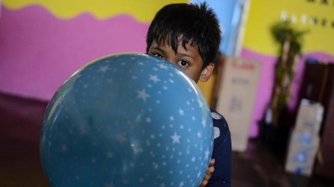 Seorang anak korban gempa dan tsunami Palu-Donggala bermain balon di penampungan sementara Yayasan Akar Panrita Mamminasata, Antang, Makassar, Sulawesi Selatan, Sabtu (6/10). (ANTARA FOTO/Sahrul Manda Tikupadang)