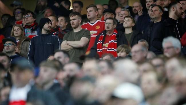 Geram dan gundah meliputi perasaan pendukung Manchester United yang menyaksikan tim kesayangannya tertinggal dari Newcastle United di Stadion Old Trafford. (Reuters/Carl Recine)