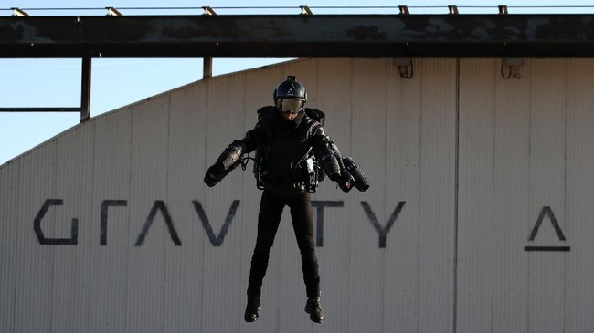 Richard Browning, Kepala Uji Pilot dan CEO Gravity Industries memakaiJet Suit dan terbang selama penerbangan demonstrasi di Bentwaters Park, Woodbridge, Inggris. (REUTERS/Chris Radburn)