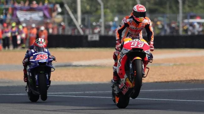 Tampil sebagai pemenang dalam duel di tikungan terakhir, Marc Marquez pun memastikan gelar juara MotoGP Thailand 2018. (REUTERS/Soe Zeya Tun)