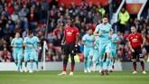 Tertinggal 0-1 dari Newcastle United pada menit-menit awal membuat Paul Pogba dan kawan-kawan tampak terpukul. Terlebih The Red Devils selalu gagal meraih kemenangan dalam empat laga sebelumnya. (Reuters/Carl Recine)