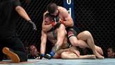 Sebuah cekikan Khabib Nurmagomedov memaksa Conor McGregor menyerah pada ronde keempat. (Stephen R. Sylvanie-USA TODAY Sports)