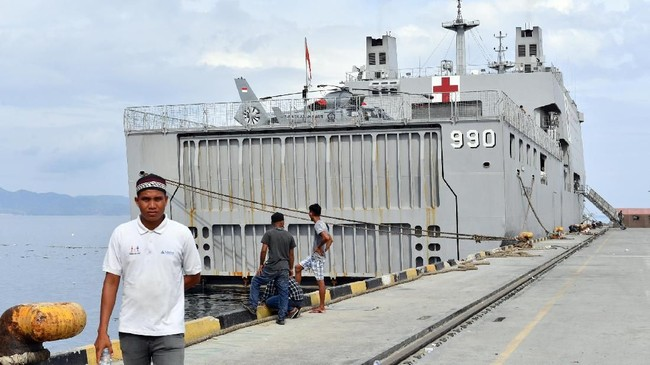 KRI dr Soeharso-990 didatangkan ke Palu untuk mengobati dan merawat korban bencana gempa dan tsunami di Palu dan Donggala. AFP PHOTO / ADEK BERRY