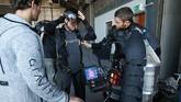 Seorang tamu bersiap untuk mengenakan Jet Suit selama sesi pelatihan Gravity Industries di Bentwaters Park, Woodbridge, Inggris. (REUTERS/Chris Radburn)