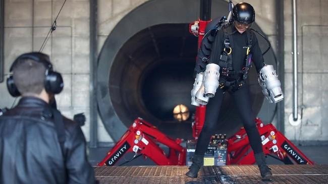 Reporter Reuters Hanna Rantala mengenakanJet Suit selama sesi pelatihan di Gravity Industries Bentwaters Park Woodbridge. (REUTERS/Chris Radburn)