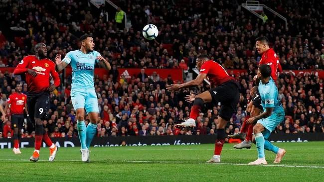 Alexis Sanchez mencetak gol kemenangan Manchester United yang dramatis lantaran terjadi pada menit-menit akhir pertandingan. (REUTERS/Phil Noble)