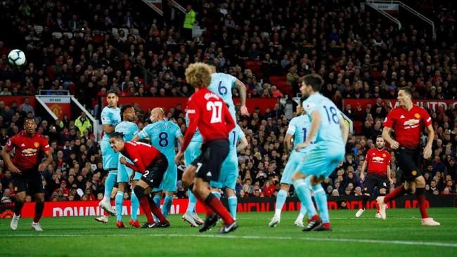 Manchester United butuh waktu lama untuk merespons ketertinggalan dari Newcastle United. Juan Mata mencetak gol pertama yang membuat pendukung MU kembali bersemangat pada menit ke-70. (REUTERS/Phil Noble)